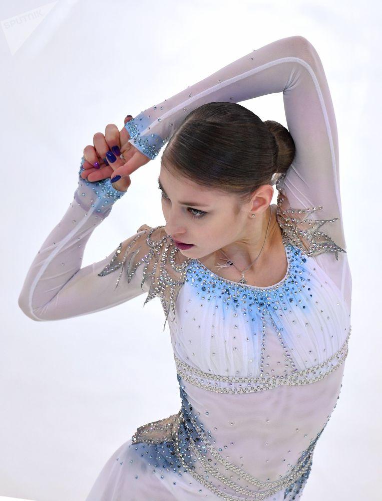 الروسية أليونا كوستورنايا خلال أدائها برنامجها الفني القصير للتزلج على الجليد في بطولة روسيا للتزلج في سارانسك الروسية