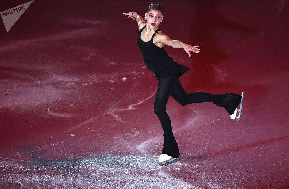 الروسية أليونا كوستورنايا في نهائي بطولة الجائزة الكبرى بين المتزلجين الشباب في فانكوفر، كندا