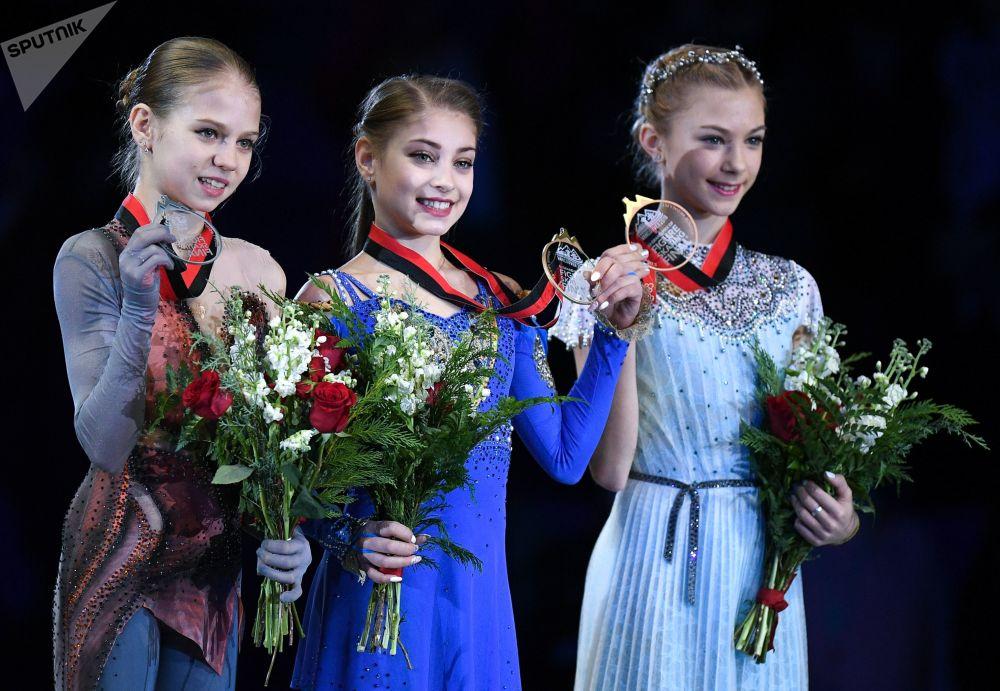 الروسية أليونا كوستورنايا خلال أدائها برنامجها الفني القصير في نهائئ بطولة الجائزة الكبرى للتزلج على الجليد بين الشباب في فانكوفر، كندا