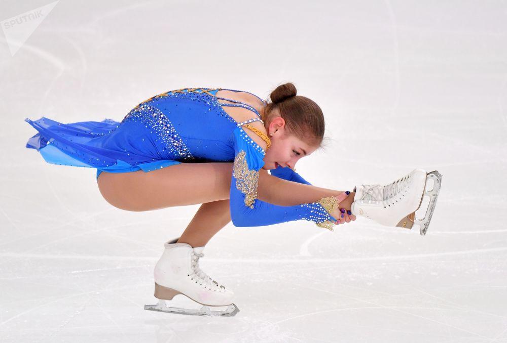 الروسية أليونا كوستورنايا خلال أدائها برنامجها الفني للتزلج على الجليد في بطولة روسيا للتزلج في سارانسك الروسية