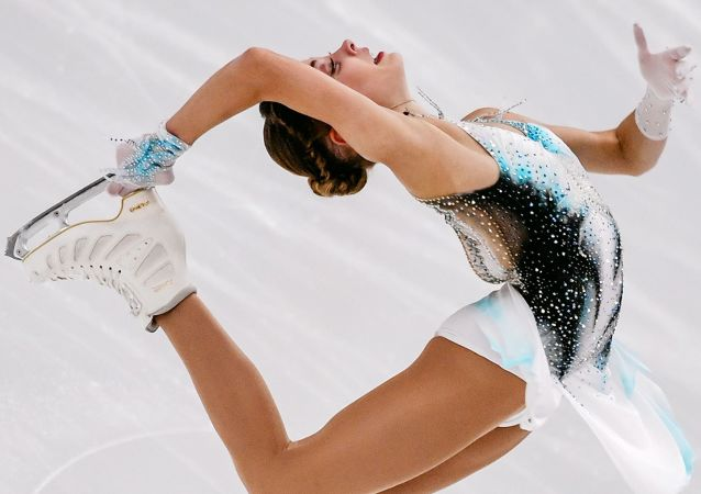 الروسية أليونا كوستورنايا خلال أدائها برنامجها الفني الحر للتزلج على الجليد  في بطولة فينلانديا تروفي 2019 في مدينة إسبو، فنلندا