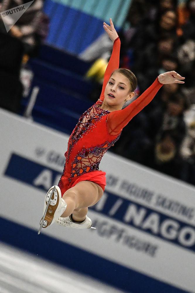 الروسية أليونا كوستورنايا خلال أدائها برنامجها الفني القصير في نهائئ بطولة الجائزة الكبرى للتزلج على الجليد بين الشباب في ناغويا، اليابان