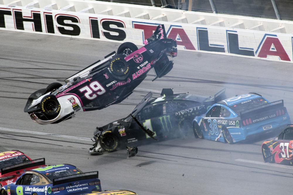 سيارة بريندان غوغان (62) في الدور الثالث عندما يمر سائق كورت بوش (1) وديفيد راغان (38) تحت سباق السيارات في سلسلة كأس ناسكار في تالاديغا سوبرسبيدوي، 14 أكتوبر 2019 في تالاديغا، ألاباما.