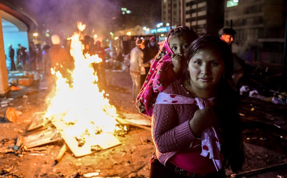 امرأة وابنتها أثناء الاحتجاجات بالقرب من قصر الثقافة في كيتو، الإكوادور 13 أكتوبر 2019
