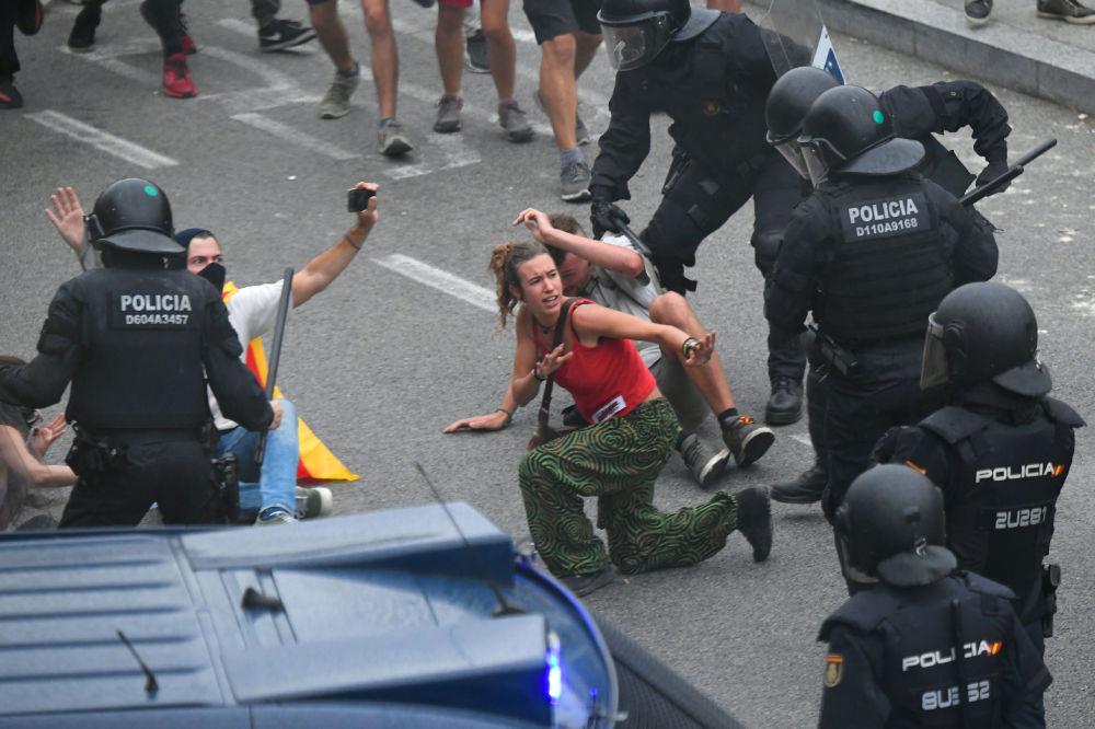 مظاهرات طلابية، مؤيدة لاستقلال إقليم كتالونيا، اليوم الخميس، احتجاجا على حكم بسجن 9 من قادة الانفصال، بالرغم من تحذير جديد من الحكومة الإسبانية بأنها ستتدخل لفرض الأمن إذا لزم الأمر.، 14 أكتوبر 2019