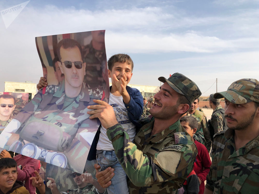 خروج مواطنين سوريين إلى شوارع منبج بعد دخول الجيش السوري إلى منبج، 15 أكتوبر 2019