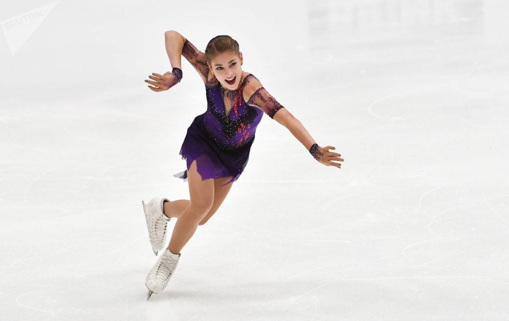 الروسية أليونا كوستورنايا خلال أداء برنامجها الفني الحر للتزلج على الجليد في بطولة فينلانديا تروفي 2019 في مدينة إسبو، فنلندا