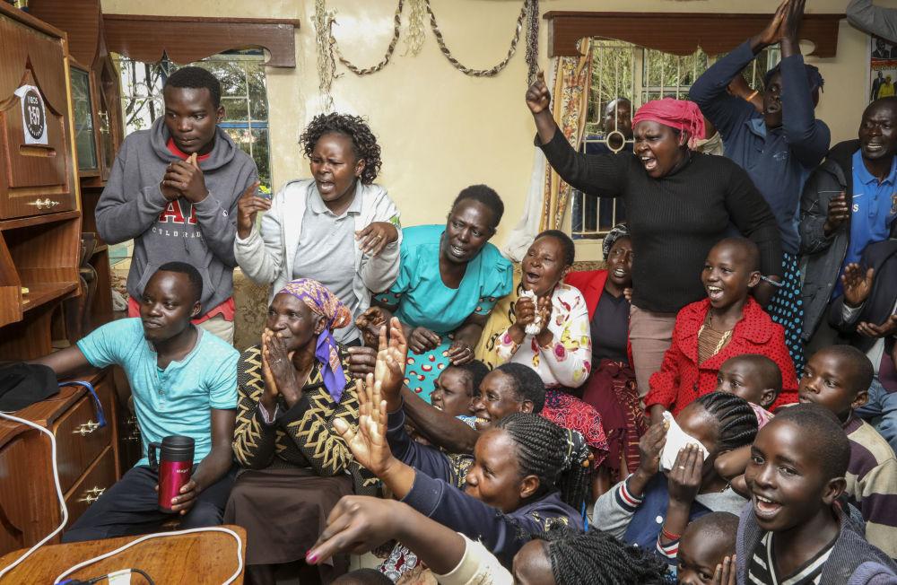 والدة وأصدقاء وجيران العداء الكيني إليودا كيبتشوغيه يشاهدون الماراثون الذي سجل فيه رقماً قياسياً عالمياً جديداً، 12 أكتوبر 2019