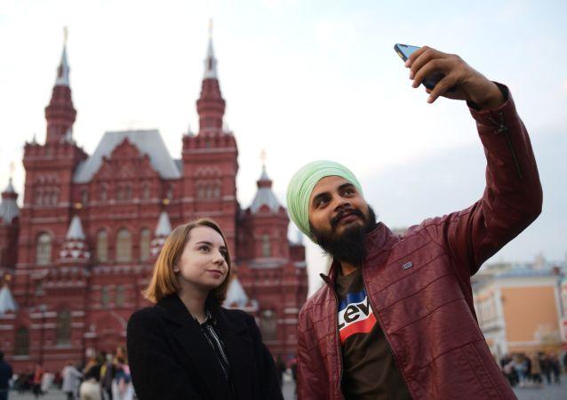 سائح يلتقط صورة سيلفي على الساحة الحمراء في موسكو