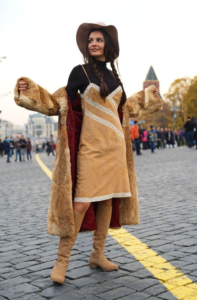 سائحة تلتقط صورة سيلفي على الساحة الحمراء في موسكو