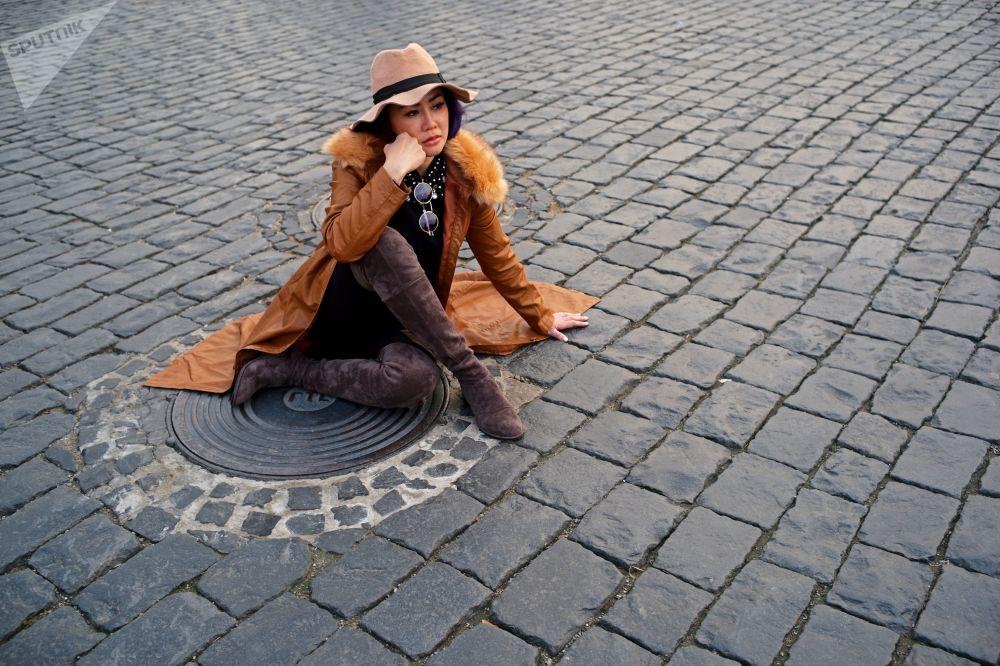 سياح يلتقطون صور على الساحة الحمراء في موسكو