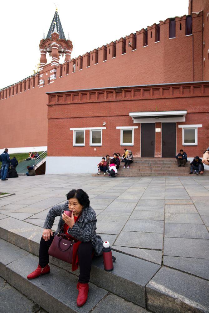 سائحة تلتقط صورة على الساحة الحمراء في موسكو
