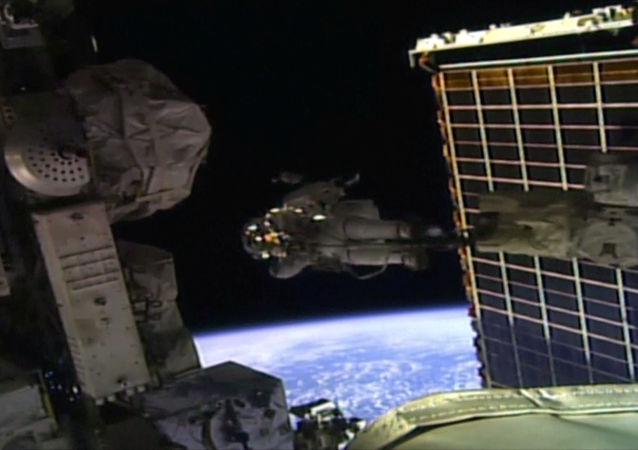 سجلت رائدتا الفضاء كريستينا كوتش وجيسيكا مير التابعتان لوكالة ناسا للعلوم الفضاء الأمريكية، إنجازا تاريخيا بإتمــام أول مهمة نسائيــة بحتة خارج مركبة في الفضاء.