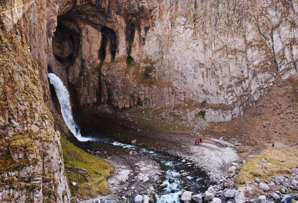 نهر كاراكايا-سو في منطقة جبلية جيلي-سو في قبردينو بلقاريا