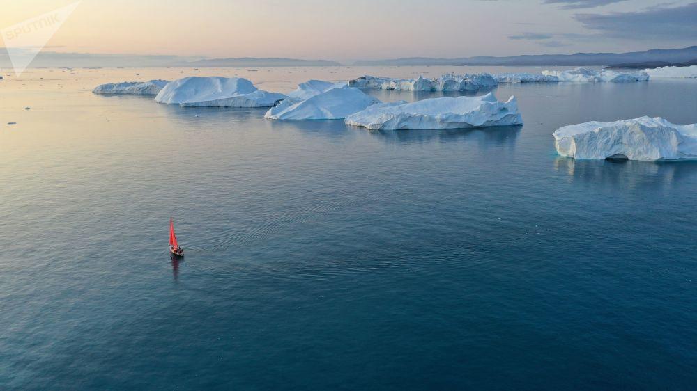 يخت بيوتر الأول (بطرس الأول)  يبحر بجوار جبل جليدي في مياه جزيرة غرينلاند كجزء من بعثة الشركة الروسية روسارك