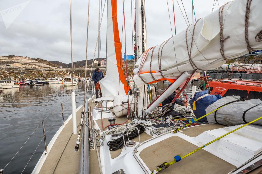 تركيب أشرعة جديدة على يخت روسارك أورورا في جزيرة غرينلاند كجزء من بعثة روسارك.