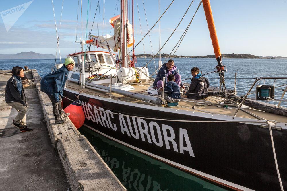 يخت بيوتر الأول (بطرس الأول)  يصل مرفأ نانورتاليك على جزيرة غرينلاند كجزء من بعثة الشركة الروسية روسارك