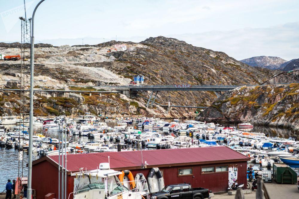 مرفأ للقوارب في مدينة ايلوليسات في جزيرة غرينلاند