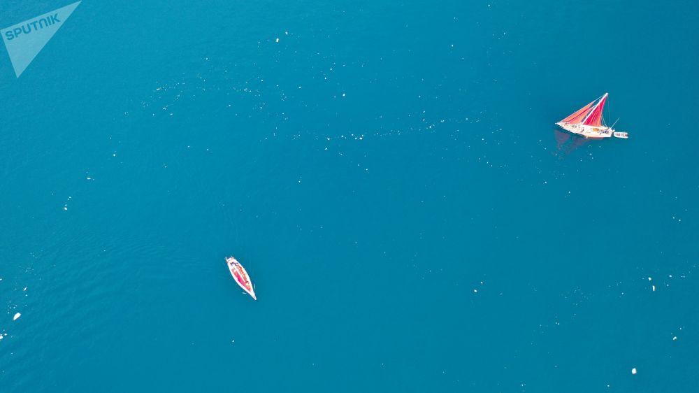 يخت بيوتر الأول (بطرس الأول)  يبحر  في مياه جزيرة غرينلاند كجزء من بعثة الشركة الروسية روسارك