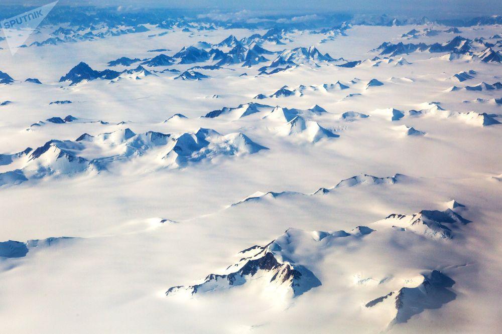 جبال مغطاة بالثلج في جزيرة غرينلاند