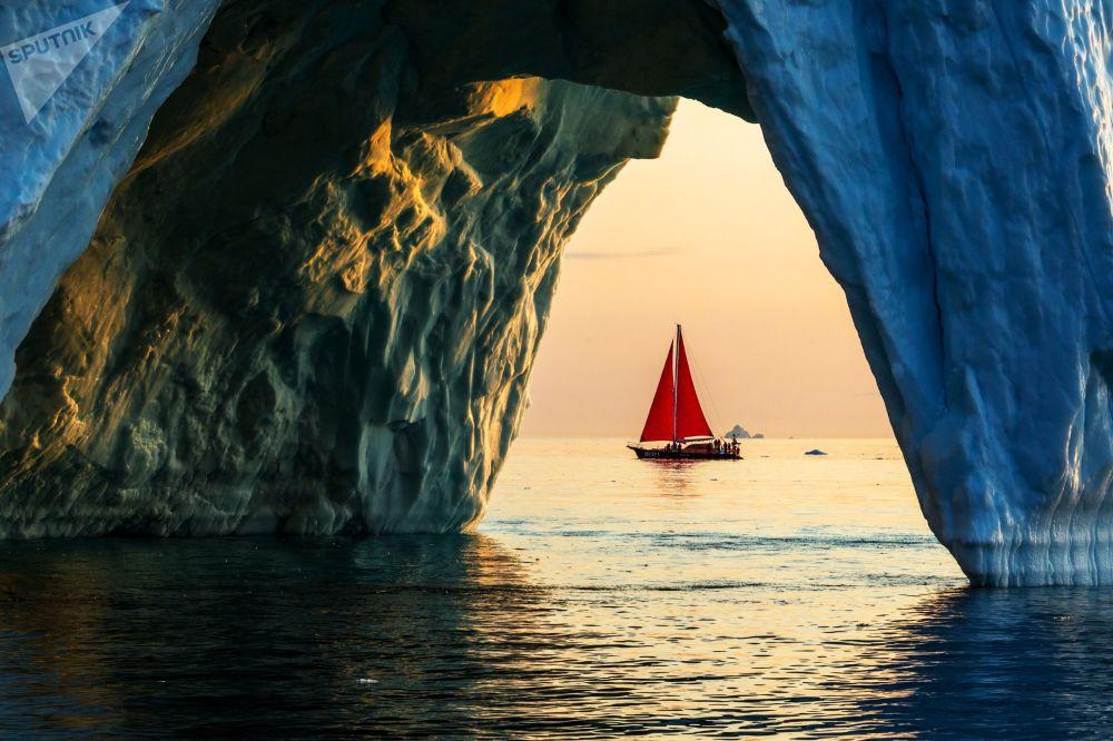 يخت بيوتر الأول (بطرس الأول)  يبحر عبر جبل جليدي في مياه جزيرة غرينلاند كجزء من بعثة الشركة الروسية روسارك