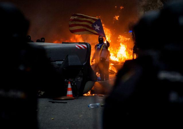 أحد المشاركين في احتجاجات برشلونة المؤيدة لاستقلال إقليم كتالونيا واحتجاجا على حكم بسجن 9 من قادة الانفصال، إسبانيا 18 أكتوبر 2019