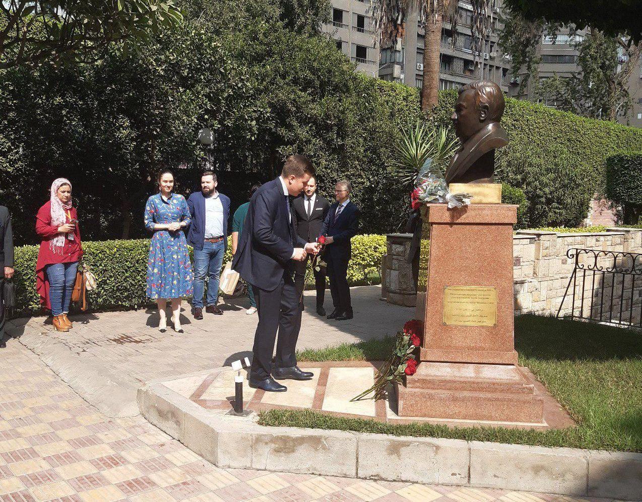 الحضور يضعون ورودا حمراء أمام تمثال بريماكوف في حديقة المركز الثقافي الروسي بالقاهرة احتفالا بذكرى ميلاده الـ90، 28 أكتوبر/تشرين الأول 2019