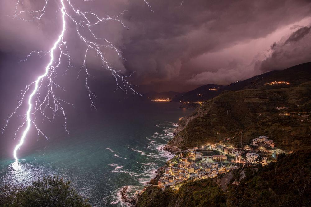 صورة بعنوان قوة البرق، للمصور يلينا سالفاي، التي نالت إعجاب اللجنة ونالت جائزة WPotY Public Favourite and first runner-up في مسابقة مصوِّر الطقس لعام 2019 (إيطاليا)