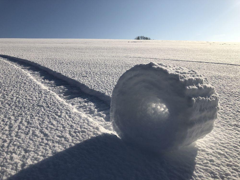 صورة بعنوان بكرات الثلج في ويلتشير، للمصور بريان بايليس، التي نالت إعجاب اللجنة ونالت جائزة WPotY second runner-up في مسابقة مصوِّر الطقس لعام 2019 (إنجلترا)