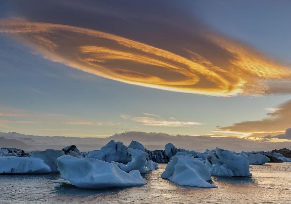 صورة بعنوان سحابة السينابون، للمصور بينغينغ سان، الذي وصل  إلى نهائي مسابقة مصوِّر الطقس لعام 2019 (الصورة في آيسلندا)