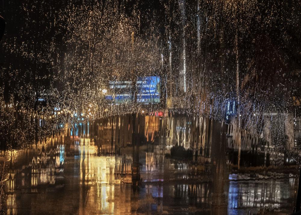 صورة بعنوان مطر في المدينة، للمصور كريستين هولت، المؤهلة إلى التصفيات النهائية لمسابقة مصوِّر الطقس لعام 2019 (الصورة في مدينة ممفيس، الولايات المتحدة)
