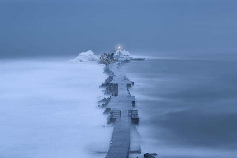 صورة بعنوان السفينة المدفوعة نحو الشاطئ، للمصور بينغ-غانغ فانغ، المؤهل إلى التصفيات النهائية لمسابقة مصوِّر الطقس لعام 2019