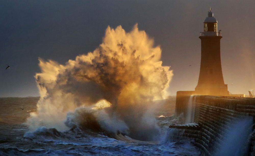صورة بعنوان انفجار الموجة، للمصور أوين هامفريز، المؤهل إلى التصفيات النهائية لمسابقة مصوِّر الطقس لعام 2019 (تاينماوث، بريطانيا)