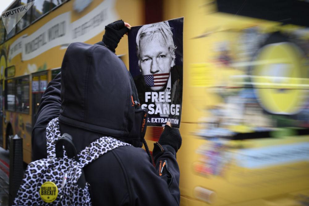 فعالية تضامنية مع مؤسس موقع ويكيليكس جوليان أسانج، الذي مثّل أمام محكمة ويستمنستر البريطانية الجزئية للحكم عليه بشأن طلب تسليمه للولايات المتحدة الأمريكية بناءً على طلبها، في لندن، 21 أكتوبر 2019