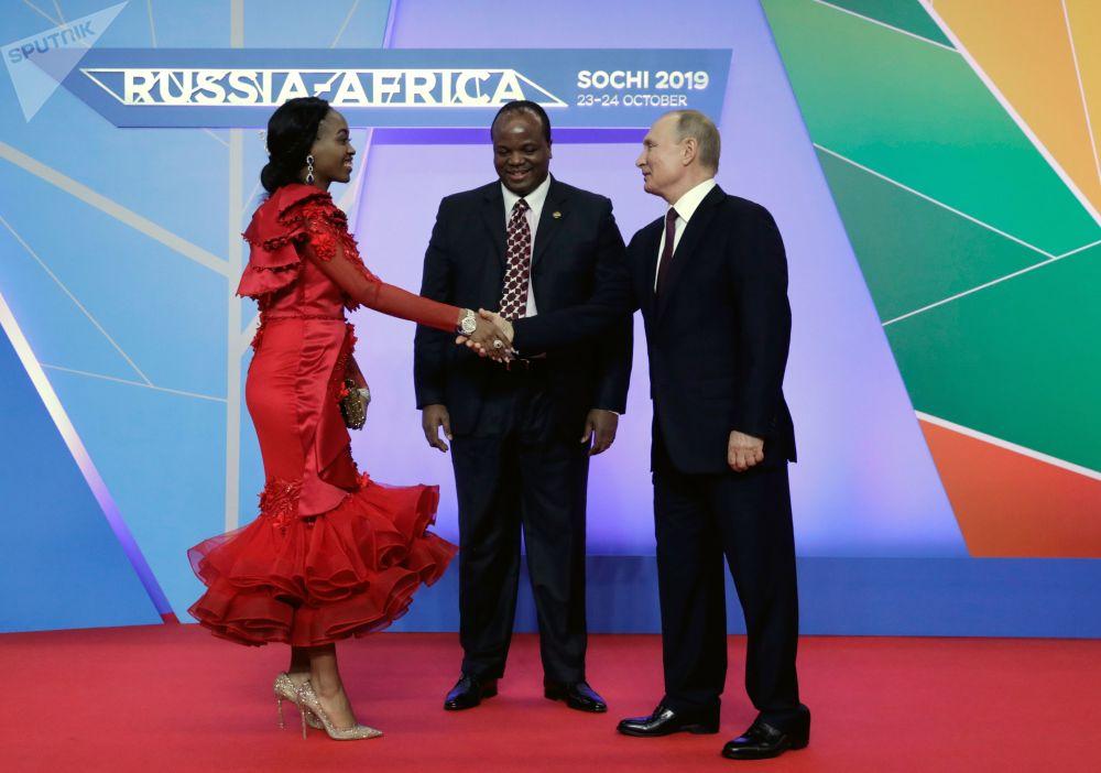 الرئيس الروسي فلاديمير بوتين يرحب بالملك مسواتي الثالث لمملكة إسواتيني جنوب أفريقيا، في قمة روسيا - أفريقيا في مدينة سوتشي الروسية