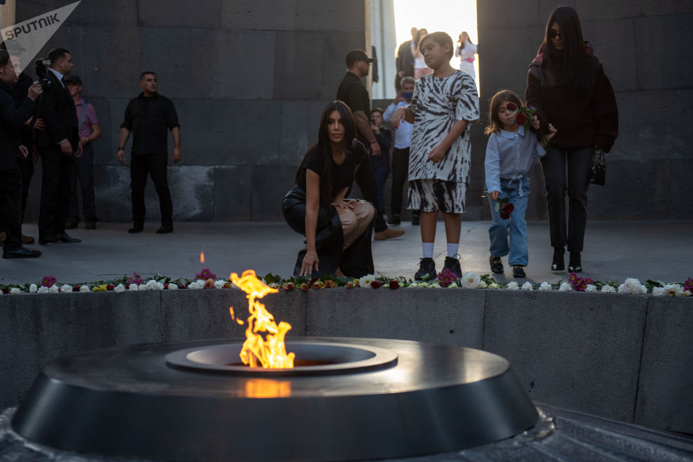نجمة تلفزيون الواقع، عارضة الأزياء الأمريكية، كيم كارداشيان تضع أكاليل الزهور في مجمع النصب التذكاري تسيتسيرناكابيرد (مخصص لضحايا الإبادة الجماعية للأرمن) خلال زيارة إلى أرمينيا، 8 أكتوبر 2019