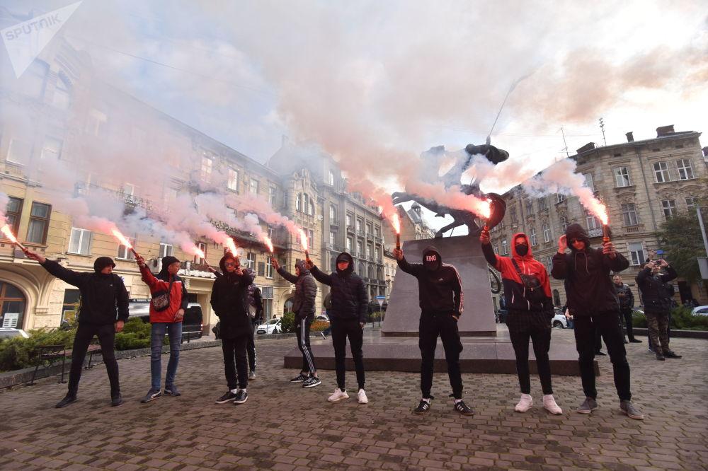 محتجون أثناء مظاهرة ضد اجراءات الشرطة التعسفية ضد المواطنين، في لفيف، أوكرانيا