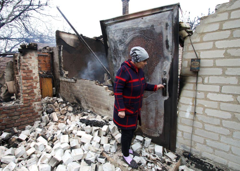 منزل على مشارف حي بتروفسكي في دونيتسك، محترق من إصابة مباشرة بقذيفة أثناء القصف، أوكرانيا