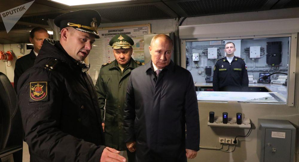 بوتين يتفقد سفينة عسكرية قيد الإنشاء في مصنع يانتار