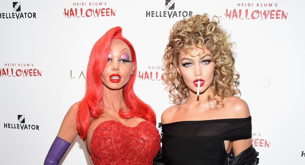 عارضتا الأزياء العالميتان جيجي حديد وهايدي كلوم متنكرتان في عيد هالوين 2015