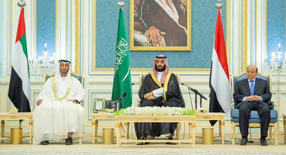 الرئيس اليمني عبد ربه منصور هادي وولي العهد السعودي محمد بن سلمان وولي عهد أبو ظبي محمد بن زايد أثناء التوقيع على اتفاق الرياض