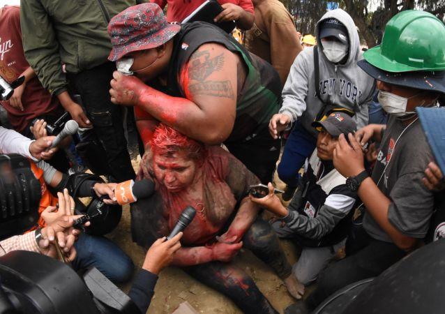 محتجون غاضبون يسحلون عمدة مدينة بوليفية
