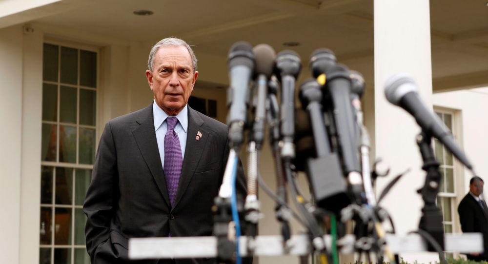 بلومبرغ يستعد للتحدث مع الصحفيين بعد لقائه بنائب الرئيس الأمريكي بايدن في البيت الأبيض بواشنطن