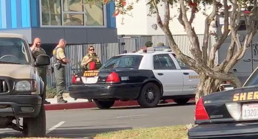 رجال الشرطة يقفون خارج مدرسة سوجس الثانوية بعد إطلاق نار، في سانتا كلاريتا، كاليفورنيا، الولايات المتحدة، 14 نوفمبر/تشرين الثاني 2019