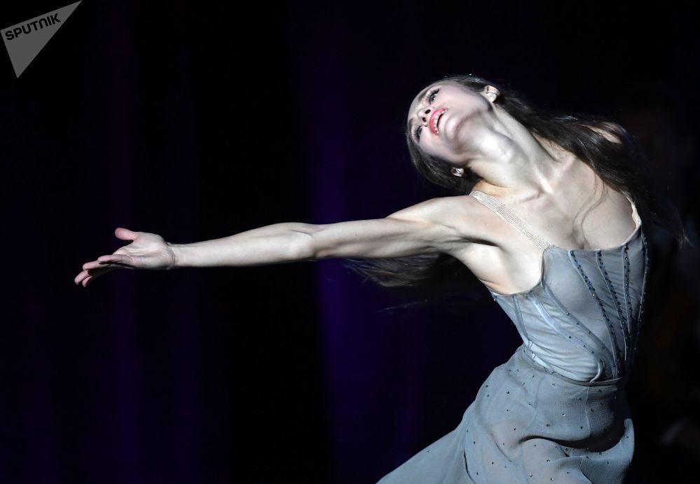 راقصة باليه يكاتيرينا شيبولينا خلال حفل أقيم على شرف الفنانة السوفيتية الشعبية، الملحنة ألكسندرا باخموتوفا على مسرح بولشوي (المسرح الكبير) في موسكو