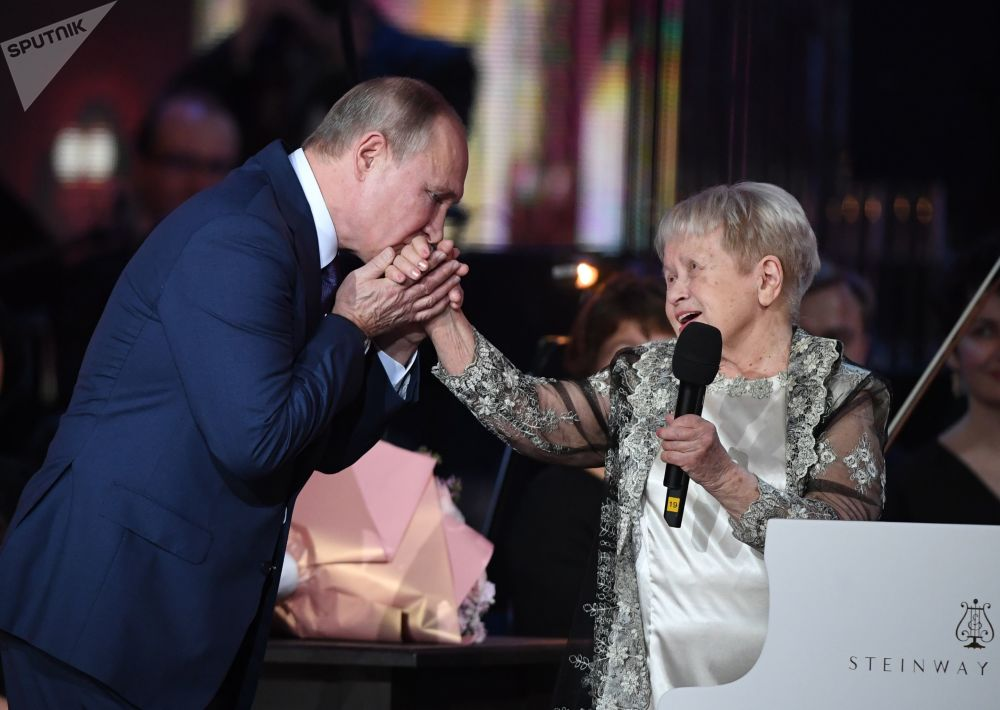 الرئيس فلاديمير بوتين خلال حفل أقيم بمناسبة عيد ميلاد الفنانة السوفيتية الشعبية، الملحنة ألكسندرا باخموتوفا على مسرح بولشوي (المسرح الكبير) في موسكو