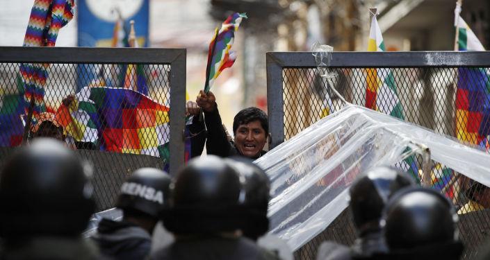 عناصر الشرطة تغلق الطريق على أنصار الرئيس السابق يفو موراليس بالقرب من مبنى الكونغرس في لاباز، بوليفيا 12 نوفمبر 2019
