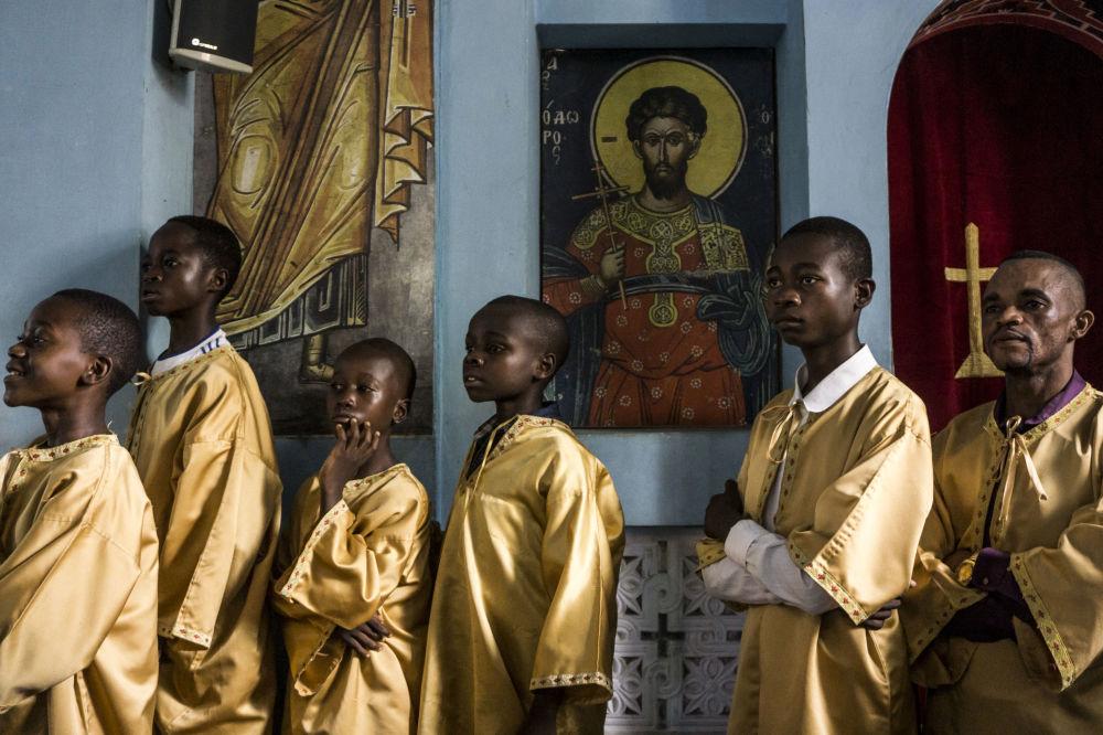 مساعدو الكاهن الكونغوليون للكنيسة الأرثوذكسية اليونانية يحضرون قداس الأحد في كاتدرائية القديس أندريو في كانانغا في 10 نوفمبر 2019