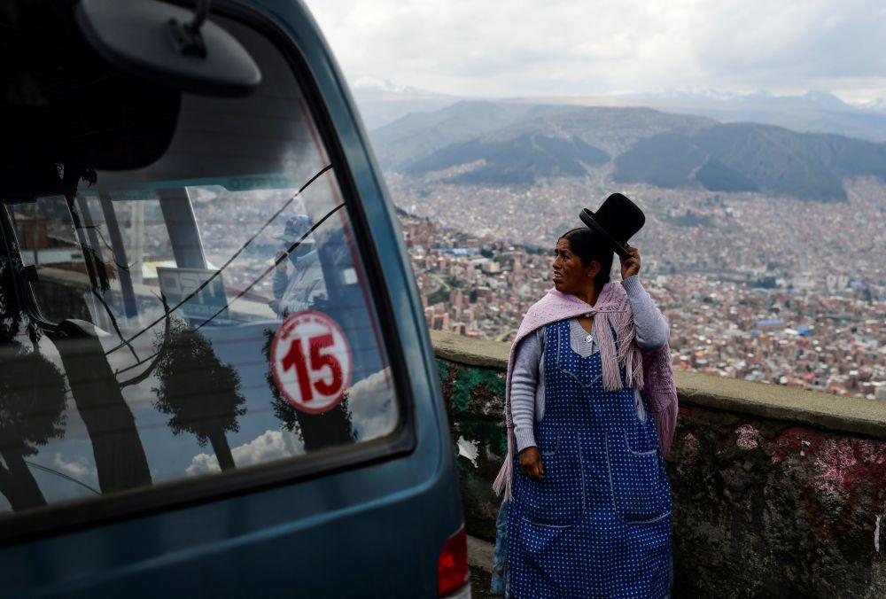 نساء الشعوب الأصلية البوليفية في الطريق المؤدي من إل ألتو إلى لاباز، للمشاركة في المظاهرات، بوليفيا في 13 نوفمبر 2019