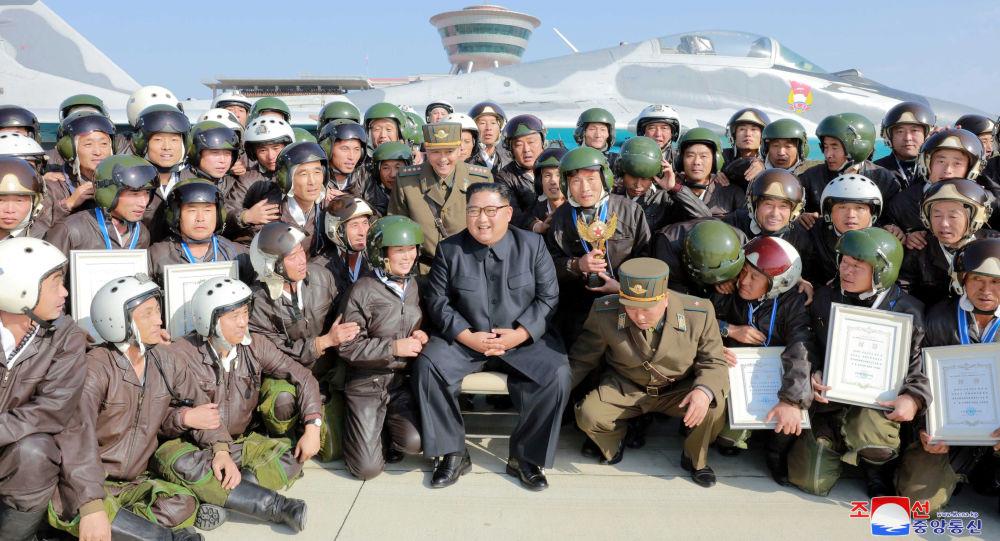 زعيم كوريا الشمالية كيم جونغ أون يحضر عرضا جويا لطائرة عسكرية في مطار على الساحل الشرقي للبلاد